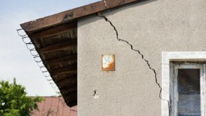 """<span class=""""title"""">Как остановить образование трещин в стенах дома</span>"""